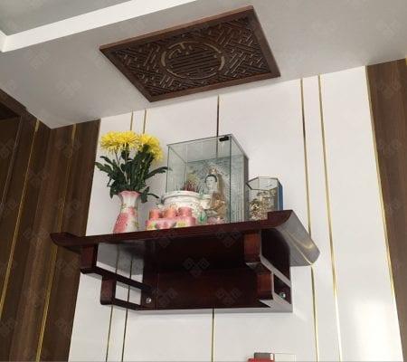 Bàn thờ treo tường gỗ gụ với màu nâu trầm đặc trưng tạo nên không gian thờ cũng đầy linh thiêng